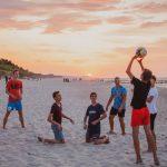 Siatkówka na plaży podczas obozu