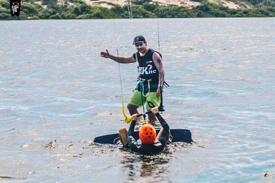 Instruktor uczący kitesurfingu
