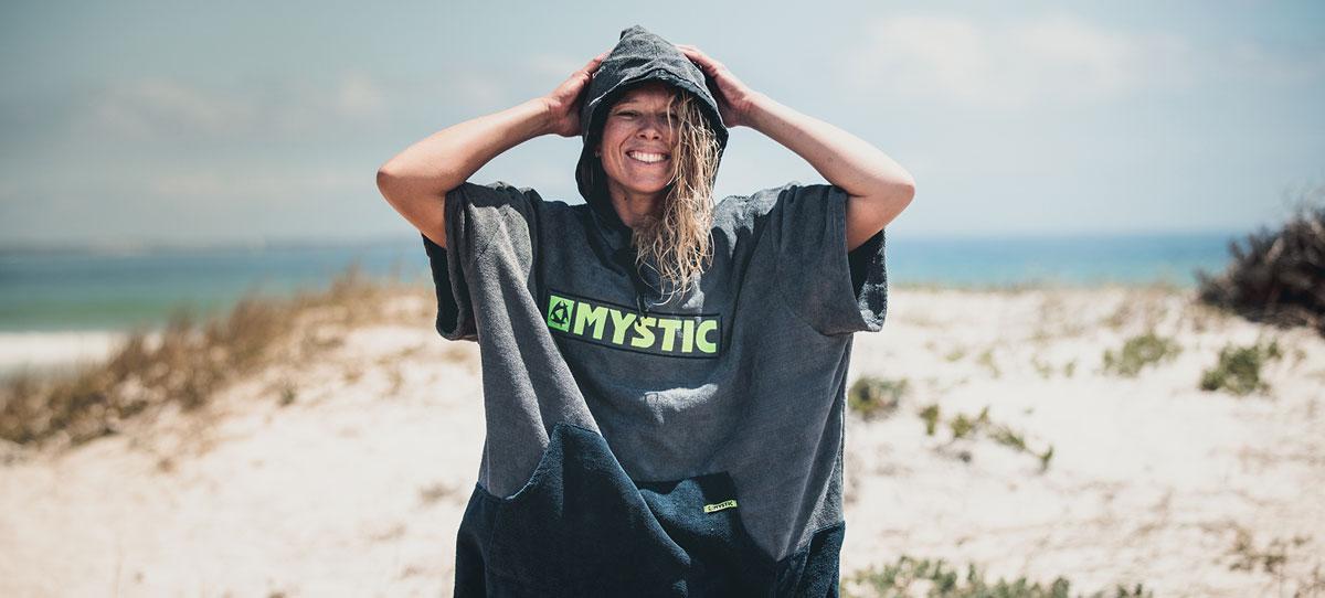 Dziewczyna w poncho Mystic.